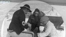 Ratownicy opatrują ranną turystkę, 1942 (Narodowe Archiwum Cyfrowe)