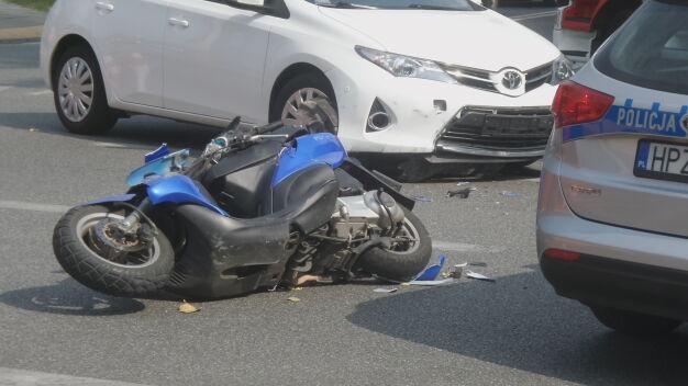 Na środku skrzyżowania skuter zderzył się z autem