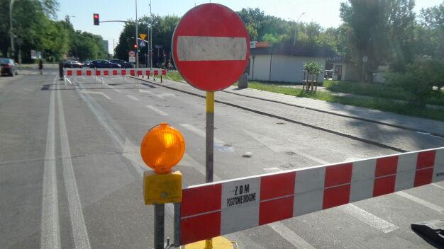 Dziura w jezdni na Bielanach, utrudnienia dla kierowców