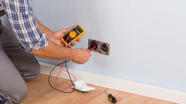 Mężczyzna podawał się za kontrolera z elektrowni (zdjęcie ilustracyjne) Shutterstock