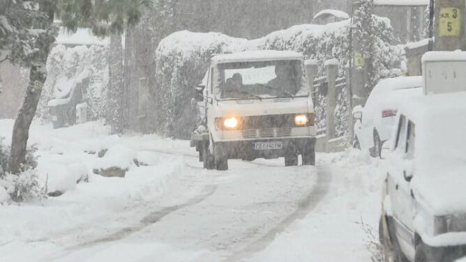 Kraj pod śniegiem. Prawie 200 pługopiaskarek odśnieża stolicę