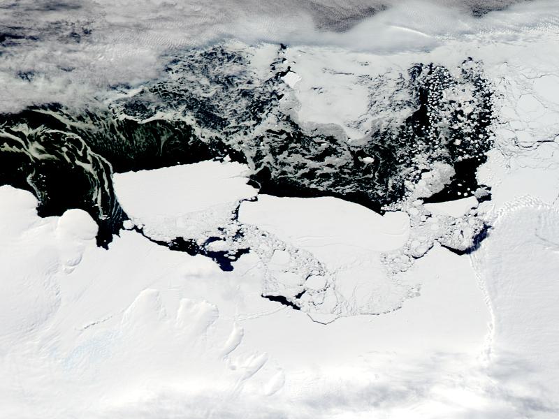 Cielenie się lodowca Mertza. Zdjęcie z 26 lutego 2010 r. (Jeff Schmaltz/NASA)