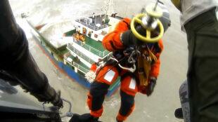 Tonący statek i ratunek z powietrza. Burza tropikalna uderzyła kilka dni po tajfunie
